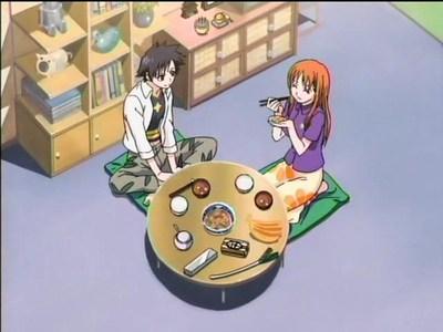 captura anime se ven cuencos de arroz, sopa miso con tofu, pero también vemos un puerro, plátanos y un plato a compartir de verduras posiblemente