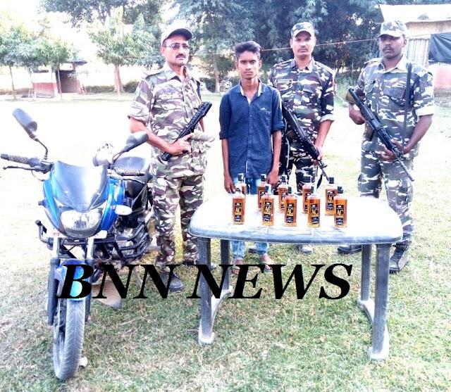 दस बोतल नेपाली शराब व बाईक के साथ तस्कर गिरफ्तार
