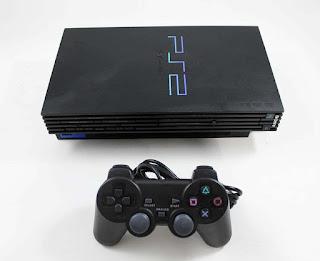 Sejarah Playstation   Playstation Adalah sebuah game console yang telah menggunakan grafis dari era 32-bit. Seringkali juga disebut dengan nama PSX. Playstation merupakan game console perintis yang pertama kali menggunakan CD sebagai media penyimpanan dan bukan catridge. Playstation pertama kali diluncurkan di Jepang pada tanggal 3 Desember 1994, Amerika Serikat pada tanggal 9 September 1995, dan Eropa 29 September 1995.   Sejarah Playstation Tahun 1986 Nintendo memulai percobaan terhadap teknologi disk untuk menggantikan  catridge pada game console-nya, Famicom. Namun karena media CD memiliki beberapa kelemahan seperti  mudahnya penghapusan, daya tahan yang rendah, dan bahaya pembajakan, percobaan itu tidak pernah terjadi dan hanya sebatas konsep saja. Akhirnya, Nintendo mulai tertarik pada CDROM/XA yang dikembangkan oleh  Sony dan Philips. Kemudian Nintendo membuat sebuah kontrak dengan Sony untuk membuat CD-ROM add-on,  yang kemudian disebut dengan SNES-CD. Pada saat itu pula, Sony merencanakan pengembangan lainnya.   Pengembangan itu berupa akan dibuatnya sebuah game console jenis baru Sony ( yang kemudian dikenal  dengan nama proyek Playstation ) yang akan cocok dengan format SNESCD-ROM. Tahun 1989 Nintendo  memutuskan kontrak dengan Sony dan membuat kontrak baru dengan Philips. Hal ini dikarenakan setelah  membaca ulang kontrak dengan Sony, Hiroshi Yamauchi sebagai petinggi