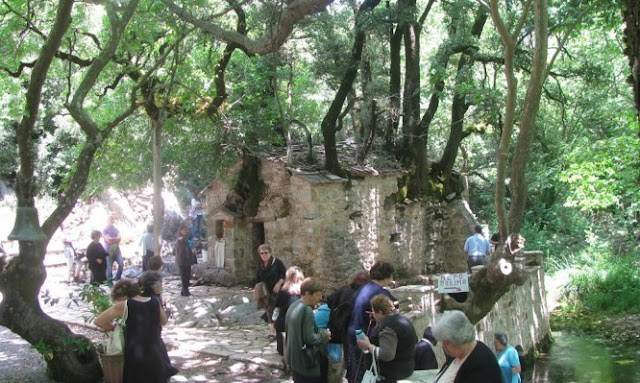 Αγία Θεοδώρα Βάστα. Το μικρό εκκλησάκι με τα 17 πλατάνια στη στέγη του