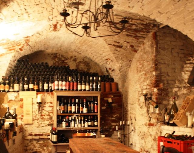Im Weinkeller der Sektkellerei Szigeti © Copyright Monika Fuchs, TravelWorldOnline