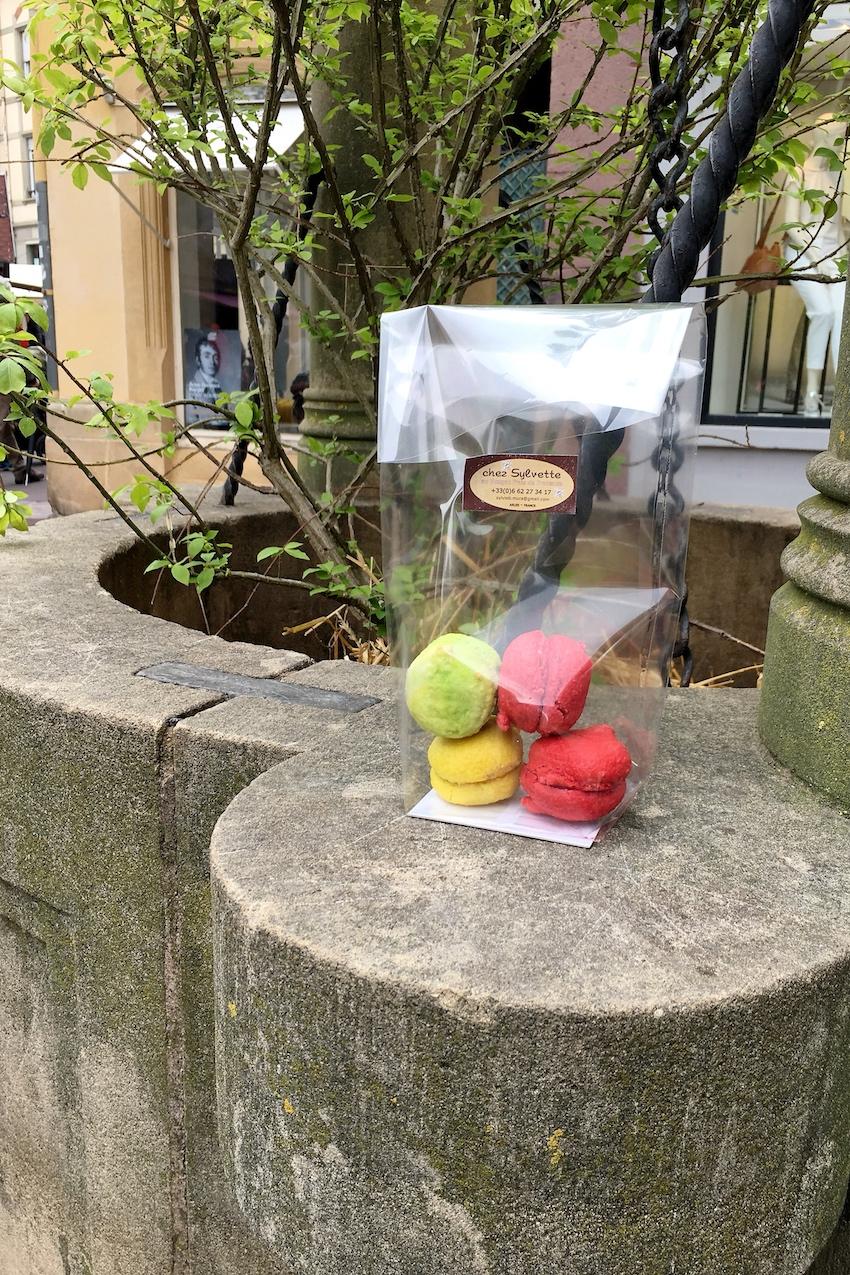 Bunte Macarons bei trübem Wetter