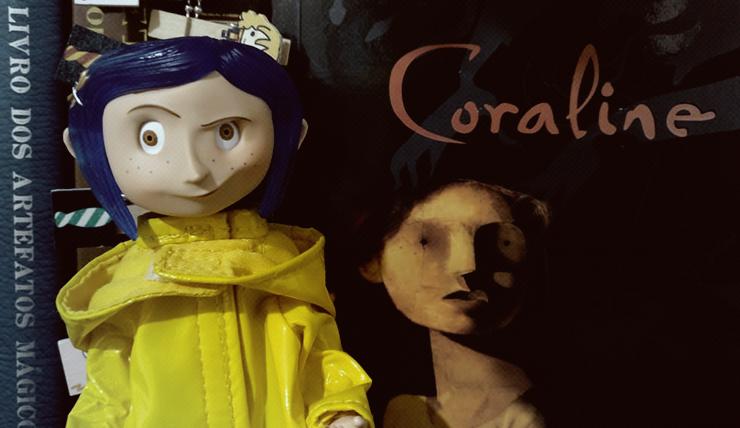 Boneca Coraline, destaque rosto e livro