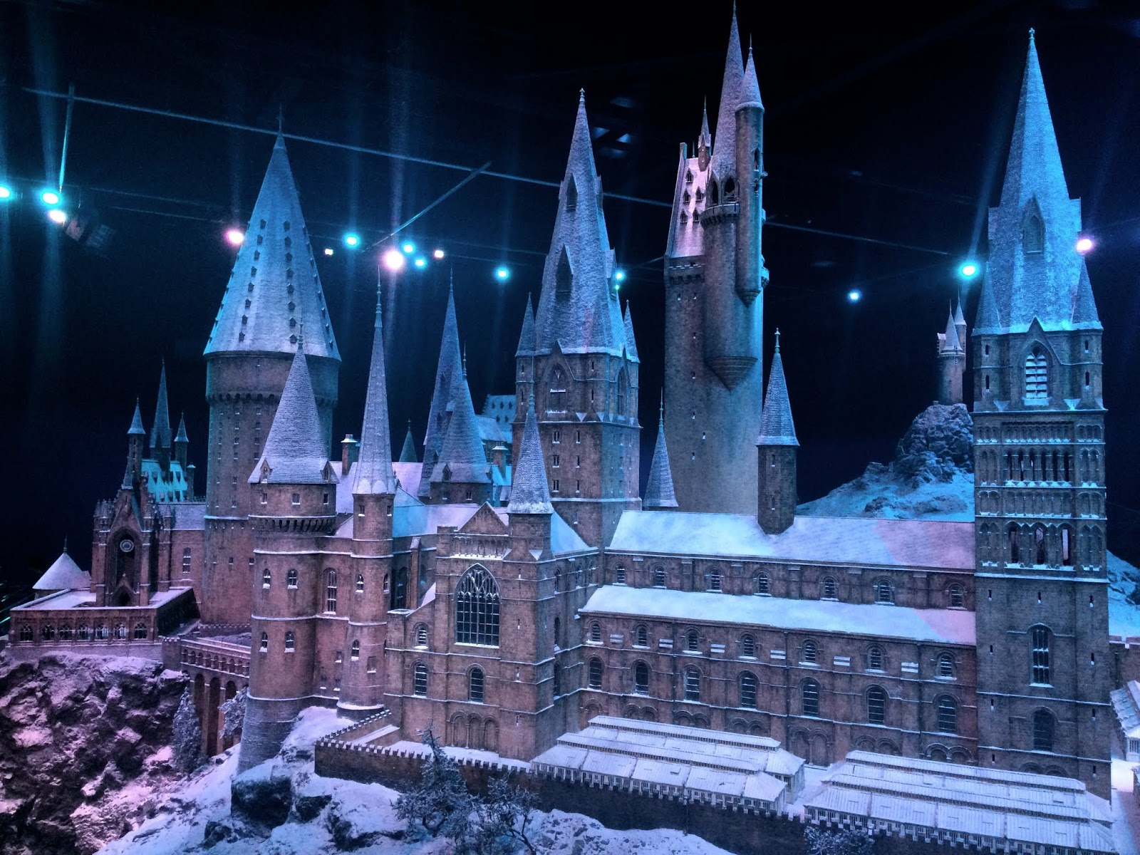 Hogwarts model building, showing the whole set at a scale of 1/24