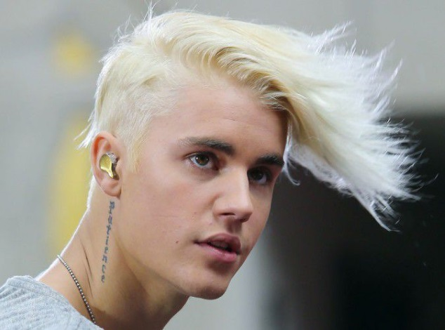 Justin Bieber passes (new) to the platinum blonde!