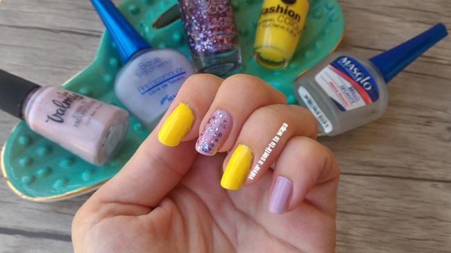 Manicura en amarillo y malva con strass