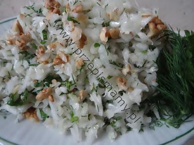 Surówka z białej kapusty z orzechami