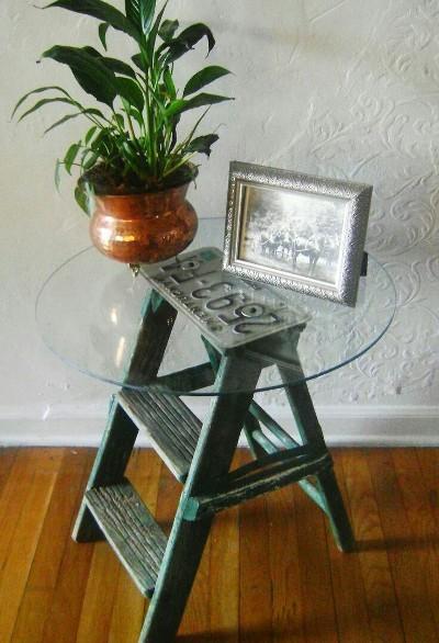 10. Tangga menjadi meja samping (side table)