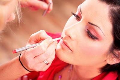 8720e65f6 Neste verão use e abuse das maquiagens, optando sempre por composições  adequadas para cada tipo de rosto, assim você estará com o look sempre  perfeito e ...