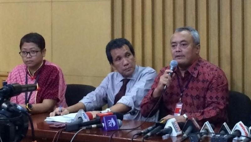 Direktur Pencegahan KPK Pahala Nainggolan (tengah)