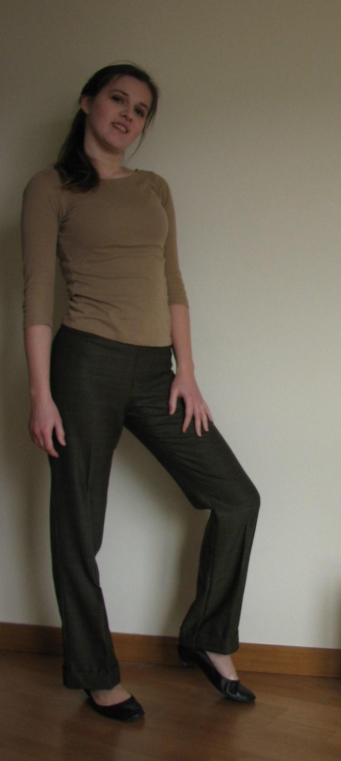 102319ae13 Stuprocentowy poliester nie jest specjalnie elastyczny (chociaż wcale nie  przeszkadza to w noszeniu spodni). Niestety dość ciężko się go szyło