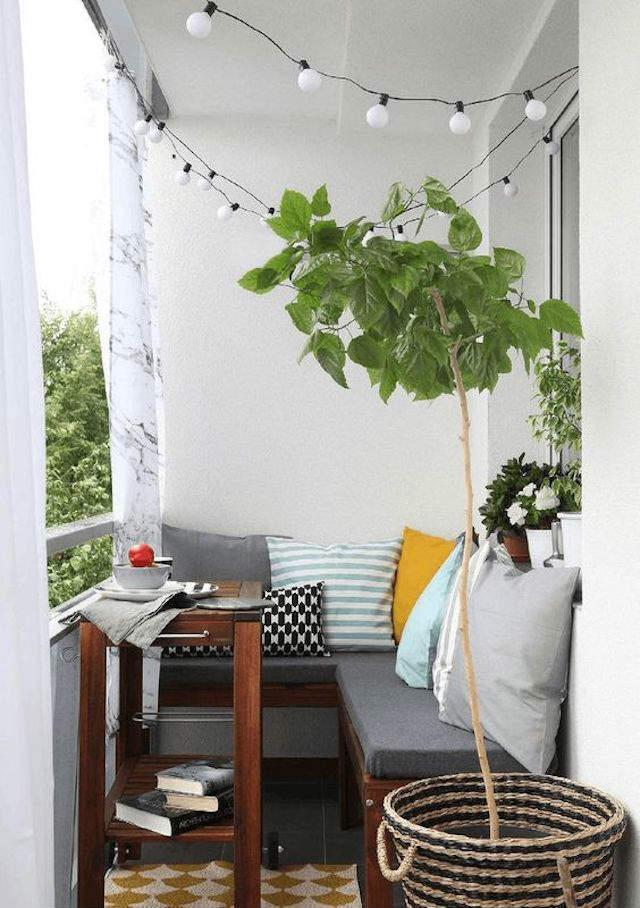Balcón con banco en esquina y mesa