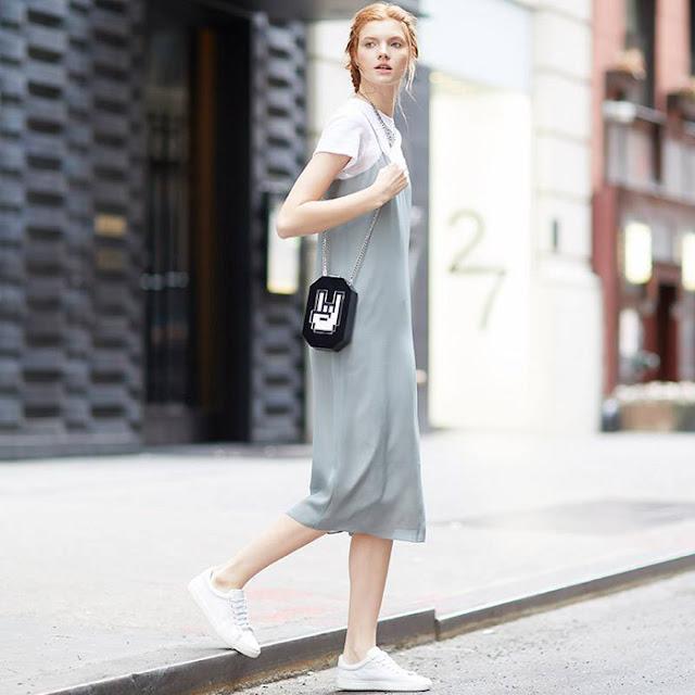 Серое платье-комбинация с белой футболкой