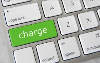 ngecharge atau mengisi baterai smartphone