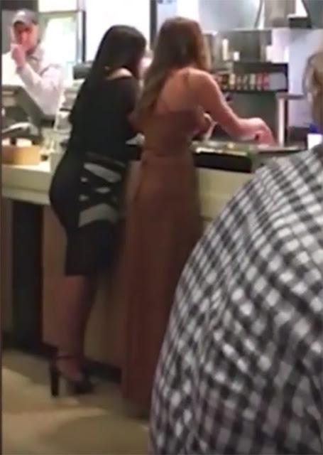 Dos chicas desatan una batalla de comida en McDonald's