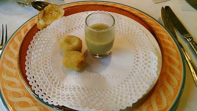snacks de bienvenida. Crema de alcachofa y croquetas de alcachofa