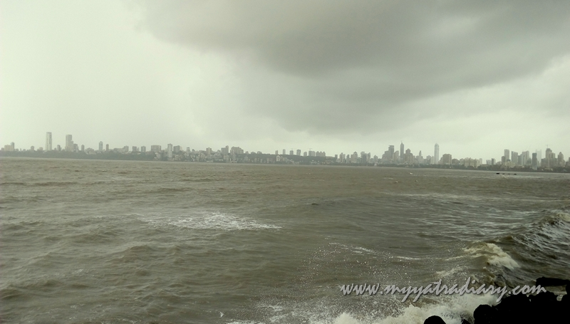 Monsoon at the 3.6 km long boulevard Marine Drive, South Mumbai