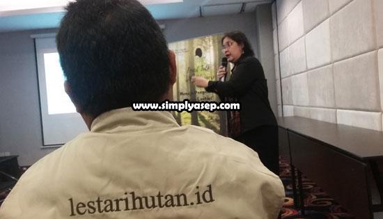 HUTAN:  Inilah suasana saat  Dr. Amanda Katili Niode, Manager Climate Reality Indonesia  saat menyampaikan presentasinya. Foto Asep Haryono