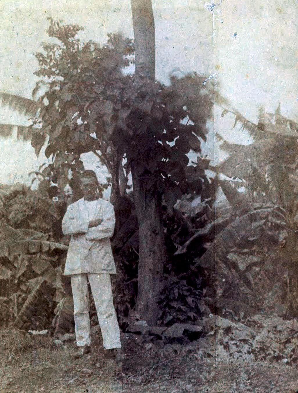 アフリカのハラルで木の前に立つアルチュール・ランボー