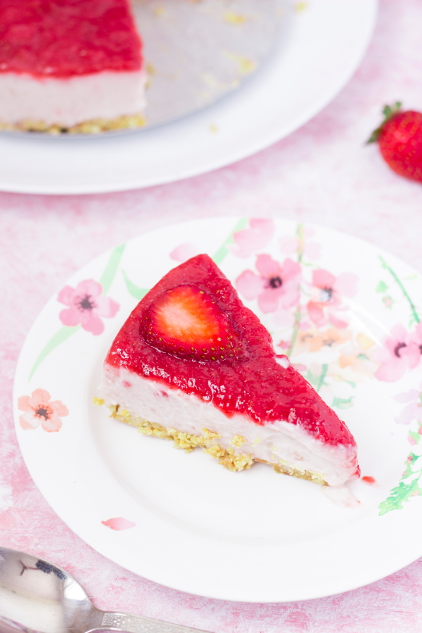 vegetarian cheesecake recipe, How to make no-bake cheesecake recipe, How to make strawberry cheesecake recipe, How to make cheesecake without gelatin recipe, Eggless strawberry cheesecake recipe at www.oneteaspoonoflife.com