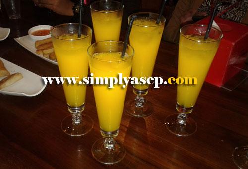 ORANGE JUICE :  Serasa jeruk asli nan segar, ini jus jeruknya. Foto Asep Haryono