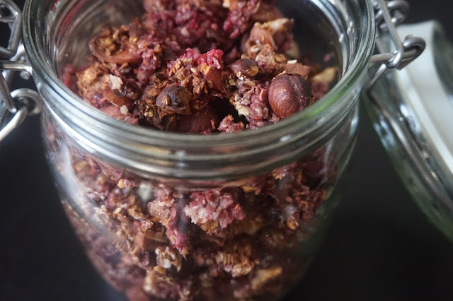 recette_recipe_homemade_granola_fait_maison_framboises_amandes_noisettes_flocons_avoine_healthy_sain_vegan_reequilibrage_alimentaire_food_gourmand_simple_facile_petit_dejeuner_breakfast