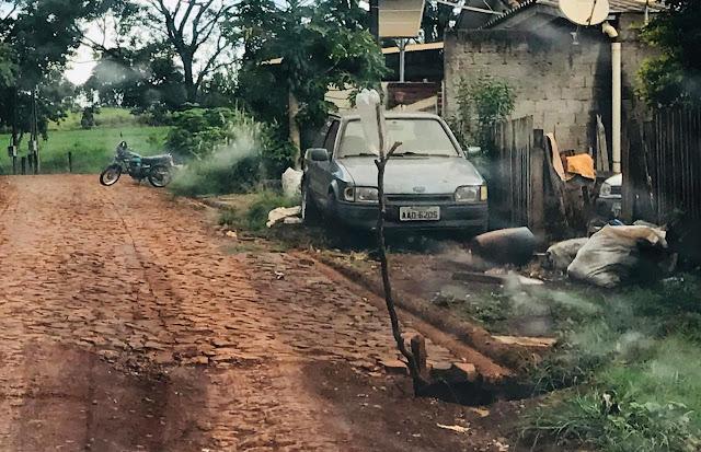 Nova Cantu: Moradores sinalizam buraco com galho e garrafa pet