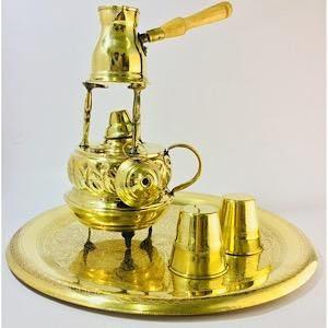 طقم سبرتاية نحاس منقوشة لعمل القهوة مع ركوة وكوبين وصينية