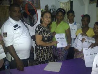 Diputada Josefina Tamarez entrega cincuenta  becas a estudiantes en San Cristóbal