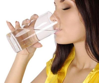5 λόγοι για να πιείτε νερό με άδειο στομάχι