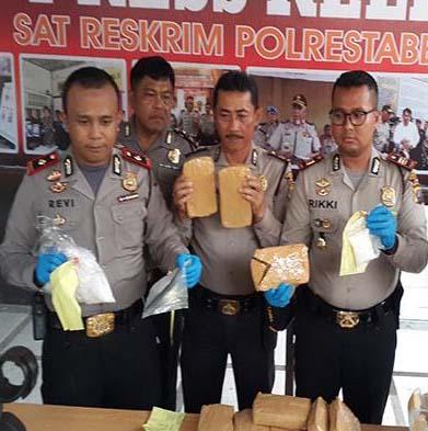 Polisi menunjukkan barang bukti narkoba.