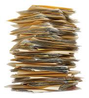 Bir yığın üst üste evraklar ve dosyalar