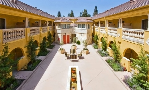 At Best Western Dry Creek Inn Healdsburg, enjoy a Sonoma Wine Country retreat with breakfast, Wi-Fi, restaurant, meeting space and wine tasting in the Tuscan style piazza.