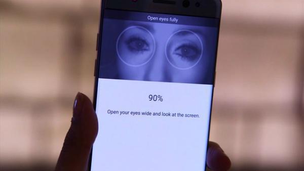 فيديو يكشف كيف يمكن خداع قارء بصمة العين في غالاكسي إس 8 بسهولة