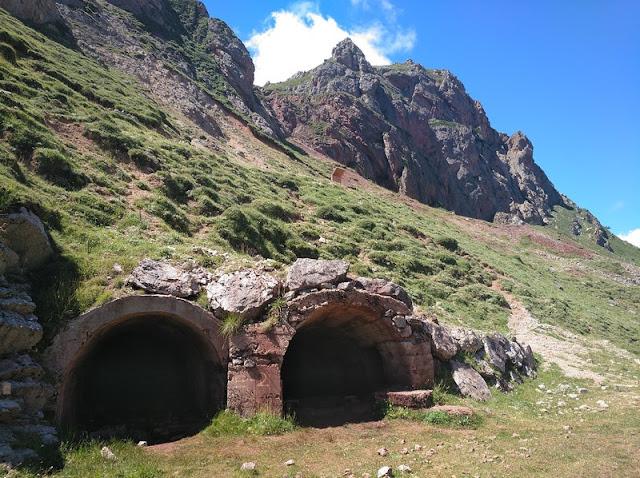 Entradas a la mina junto al sendero de los Lagos de Saliencia