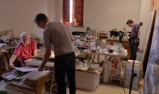 Explicaciones director Juan Figueroa a pintor en estudio con cámara rodaje