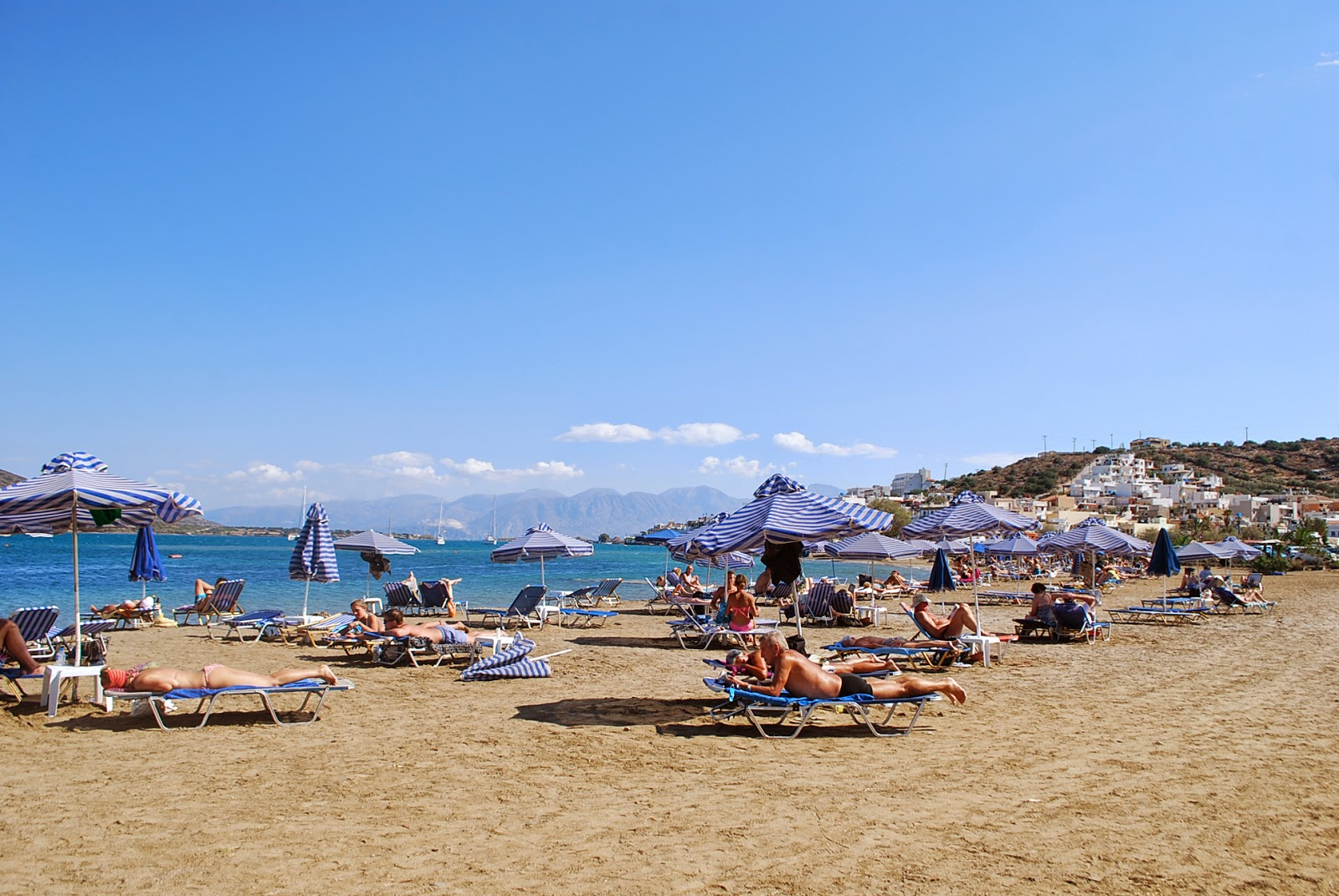 Центральный пляж Элунды, о. Крит, Греция. Beach of Elounda, Crete, Greece.