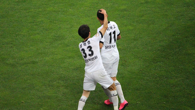 Tiago celebrates Seongnam's second equaliser of the game (Photo Credit: Howard Cheng)