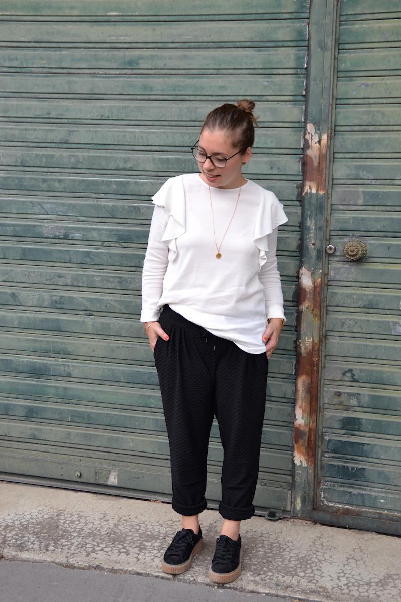 Pantalon jogger H&M, blouse a volants H&M, creepers Public desire, collier backstage store