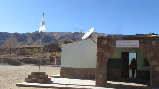 Danach besuchte ich die Dorfschule die ist natürlich um Einiges besser bestückt als die Dorfschulen in Bolivien. Es gab zum Mittagessen Hühnchen.