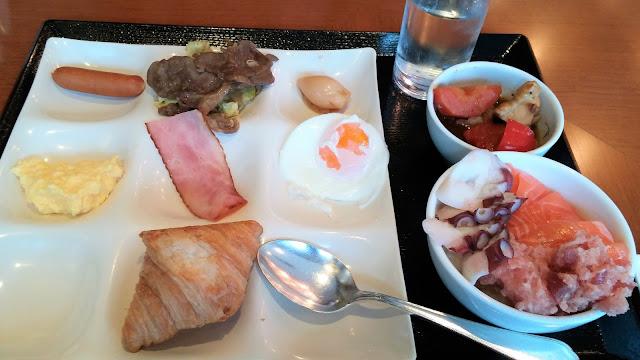 北海道 ホテル朝食で名物を食べる