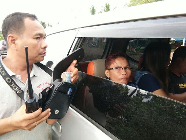 Kedua tersangka di dalam mobil saat diamankan petugas.