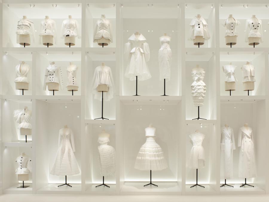 Quand la mode s'expose au musée, christian dior couturier du rêve, arts décoratifs