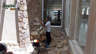 Bizzarri visitando uma obra em uma residência em condomínio em Atibaia-SP onde estamos fazendo a execução de uma cascata de pedra em um lago ornamental com pedra do rio com a parede de pedra em um jardim de inverno em sala de estar da residência. 16 de novembro de 2016.