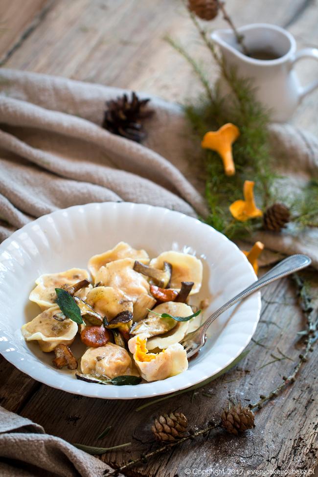włoskie pierożki tortellini z dynią i grzybami leśnymi
