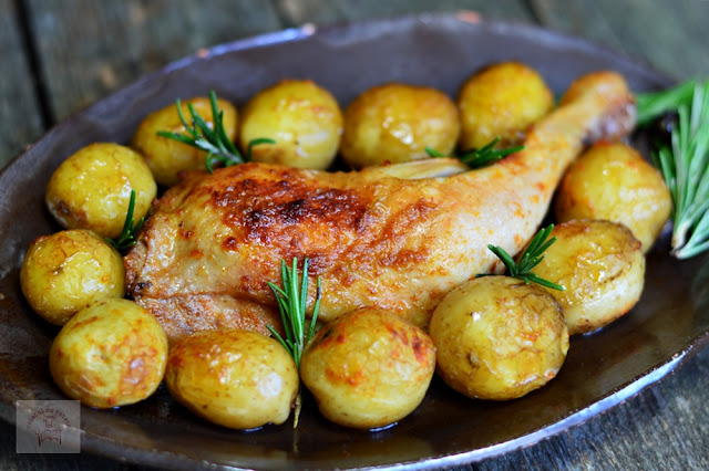 https://www.caietulcuretete.com/2017/06/pulpe-de-pui-cu-cartofi-noi-si-rozmarin.html