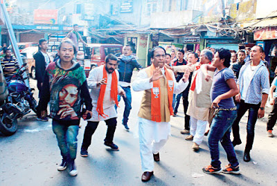 Dilip Ghosh and Jayprakash Majumdar being heckled in Darjeeling