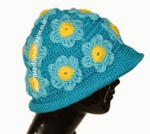 http://www.tejiendoperu.com/crochet/sombrero-con-flores-aplicadas/