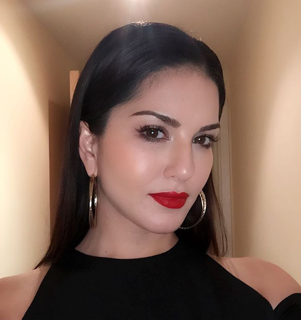 sunny-leone-selfie-high-quality