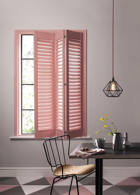 Różowe okiennice wewnętrzne